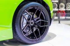 Drehen Sie Antrieb mit grünem Auto auf einem weißen Boden Stockfotos
