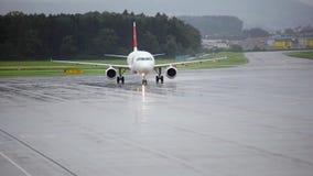 Drehen Sie das Flugzeug am Flughafen stock video