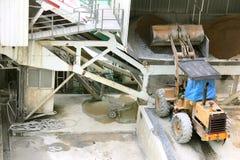 Drehen Sie die Ladermaschine, die Sand in der Baustelle, Bau entlädt Stockfoto