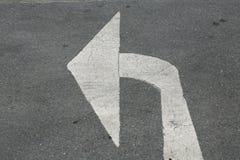 Drehen Sie linken Pfeil auf Asphaltstraße Lizenzfreies Stockfoto