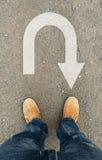 Drehen Sie Pfeil auf der Straße Stockfoto