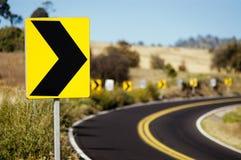 Drehen Sie rechtes Verkehrszeichen Stockfotos
