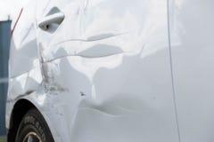 Drehen Sie sich und die Tür des Autos nach dem Unfall Stockbild