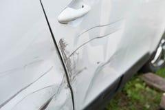 Drehen Sie sich und die Tür des Autos nach dem Unfall Stockfoto