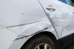 Drehen Sie sich und die Tür des Autos nach dem Unfall Lizenzfreie Stockfotos