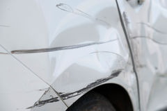 Drehen Sie sich und die Tür des Autos nach dem Unfall Stockbilder
