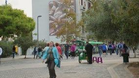 Drehen Sie Zug für die touristische Unterhaltung, die Stadtmittestraße fährt, Leute gehen stock video footage