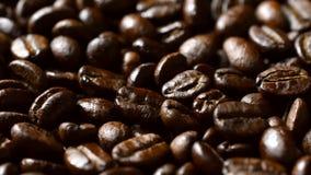 Drehen von Kaffeebohnen stock footage
