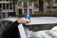 Drehende Notbeleuchtung der Polizeibeamtemontage auf einem Auto Lizenzfreies Stockfoto