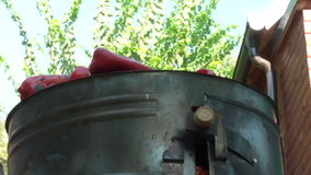 Drehende rote Paprika On Barbecue stock video