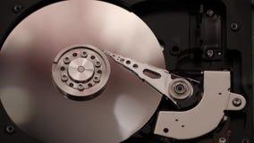 Drehende Spindel, schwinglese-schreibarm, magnetische Servierplatte, innerhalb des Festplattenlaufwerks, Computertechnologie auf  stock footage