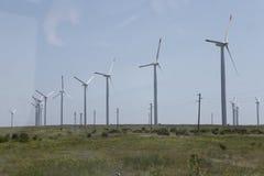 Drehende Windmühle für pumpendes Wasser Lizenzfreie Stockfotos