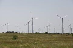 Drehende Windmühle für pumpendes Wasser Stockbilder