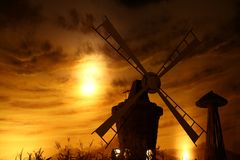 Drehende Windmühle für pumpendes Wasser Stockfotos