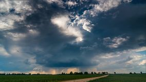 Drehende Wolke mit der Trichterwolke und -regen, die sich schnell, timelapse 4k bewegen stock footage