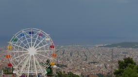 Drehender Ferris Wheel auf Tibidabo-Berg über Barcelona und bewölktem Himmel stock video footage