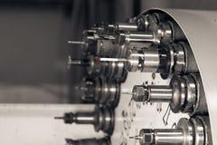 Drehender Kopf mit Werkzeugen an CNC-Drehbank in der Werkstatt Lizenzfreies Stockbild