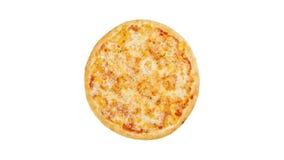 Drehender Pizza Margarita lokalisiert auf einem weißen Hintergrund Beschneidungspfad eingeschlossen stock video