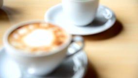 Drehenfokus zum heißen Kaffee auf Tabelle stock video footage