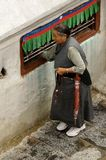Drehenrad der tibetanischen Frau Stockbilder