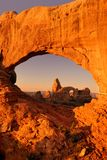 Drehkopf-Bogen durch Nordfenster Stockfotos