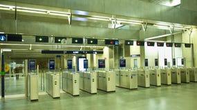 Drehkreuze auf einem Eingang zur U-Bahn Lizenzfreie Stockbilder