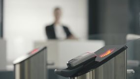 Drehkreuze mit elektronischen Kartenlesern Feld Neue Technologien in einer U-Bahn stock video footage