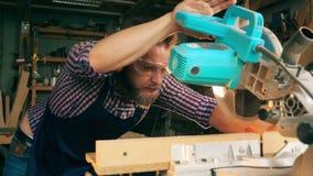 Drehsäge gewöhnt an sich geschnittenes Holz durch den Tischler stock footage