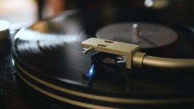 Drehscheibe, die Musik mit der Hand mit Hintergrundbeleuchtungsabschluß oben spielt Oldschool-Hippie-Konzept stock footage