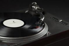 Drehscheibe, die oben das Vinyl nah mit Nadel auf der Aufzeichnung spielt Lizenzfreies Stockfoto