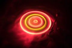 Drehscheibe, die Vinyl mit glühenden abstrakten Linien Konzept auf dunklem Hintergrund spielt Lizenzfreies Stockbild