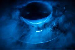 Drehscheibe, die Vinyl mit glühenden abstrakten Linien Konzept auf dunklem Hintergrund spielt Stockfotos