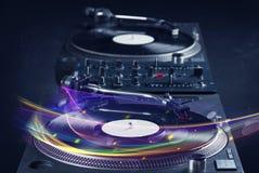 Drehscheibe, die Vinyl mit glühenden abstrakten Linien spielt Stockfoto