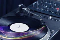 Drehscheibe, die Vinyl mit glühenden abstrakten Linien spielt Stockbild
