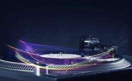 Drehscheibe, die Vinyl mit glühenden abstrakten Linien spielt Lizenzfreie Stockfotografie