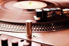 Drehscheibe, die Vinylsatz mit Musik spielt lizenzfreie stockbilder