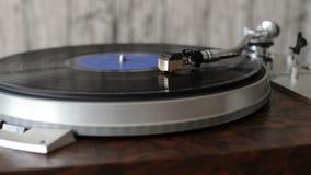 Drehscheibe mit dem Griffel, der entlang eine Vinylaufzeichnung läuft stock footage