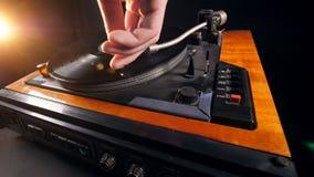 Drehscheibe mit einer Vinylaufzeichnung erhält gestartet stock footage