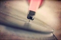 Drehscheibe mit spinnender Vinylaufzeichnung, Schmutzhintergrund Lizenzfreie Stockfotografie
