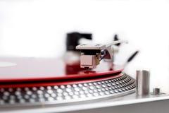 Drehscheibennadel auf einer roten Platte Stockfoto