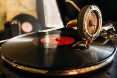 Drehscheibenvinylrekordspieler Retro- Audiogeräte für Diskjockey Schalltechnik, damit DJ mischt lizenzfreie stockfotos