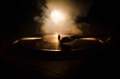 Drehscheibenvinylrekordspieler Retro- Audiogeräte für Diskjockey Schalltechnik, damit DJ Musik mischt u. spielt Vinylaufzeichnung Lizenzfreies Stockfoto