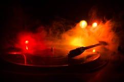 Drehscheibenvinylrekordspieler Retro- Audiogeräte für Diskjockey Schalltechnik, damit DJ Musik mischt u. spielt Vinylaufzeichnung Stockbild