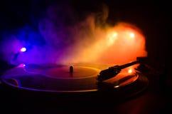Drehscheibenvinylrekordspieler Retro- Audiogeräte für Diskjockey Schalltechnik, damit DJ Musik mischt u. spielt Vinylaufzeichnung Stockfotos