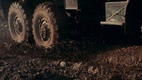 Dreht das Militärfahrzeug, das schmutzige Straße weitergeht Militärautofahren auf schmutzige Straße stock footage