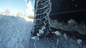 Dreht herein die Schneenahaufnahme Schwierige Bedingungen für Autobewegung stock video footage