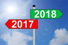 Drehung des Jahres 2017 bis Wegweiser 2018 mit Himmelhintergrund Stockbilder