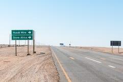 Drehung-weg zu Husab-Bergwerk und zum Stein Afrika nahe Arandis Lizenzfreie Stockfotos