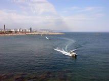 Drehzahl-Boot - Barcelona-Küstenlinie Lizenzfreie Stockfotos