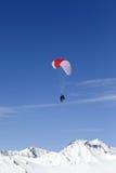 Drehzahl-Flugwesen in den Bergen stockbild